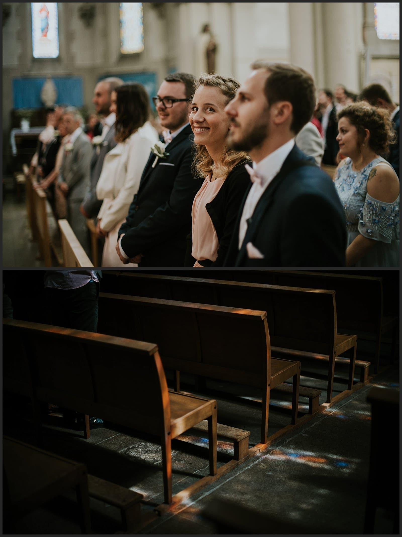 invitée qui sourit à l'église et lumière qui passe à travers les vitraux
