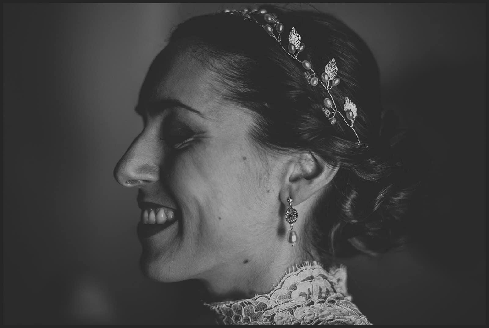 sourire de la mariée lors de l'habillage