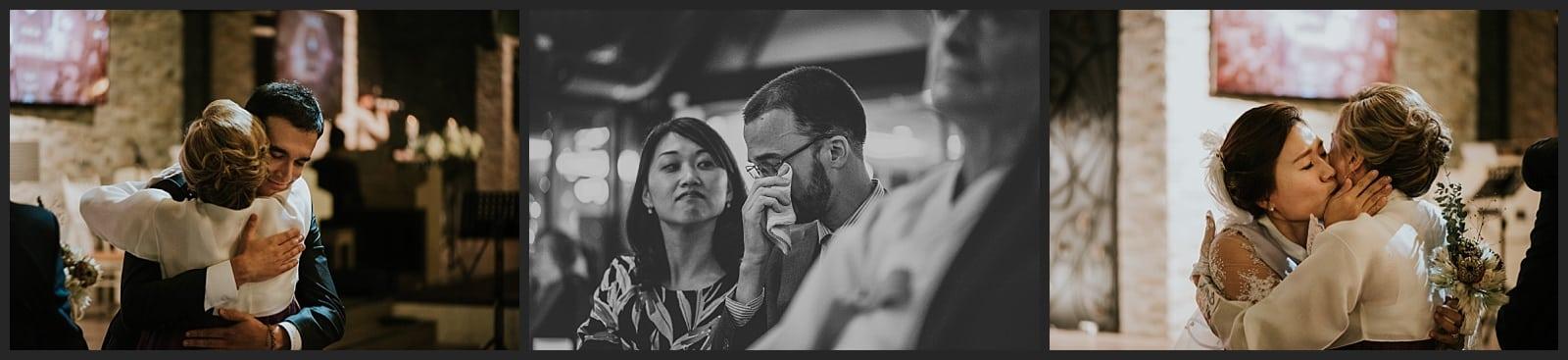 Mère du marié qui enlace les mariés, frère du marié qui a une larme d'émotion, wedding hall seoul photo vivien malagnat