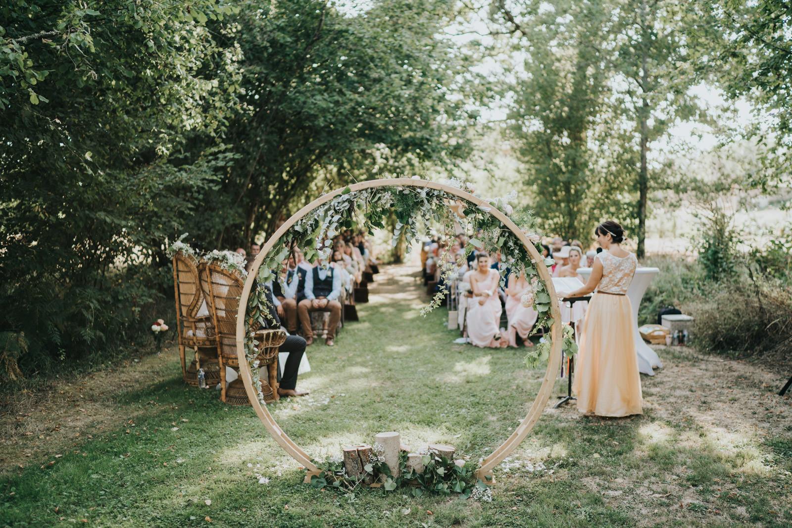 Arche des mariées lors d'une cérémonie laïque au chateau de losmonerie, par Vivien Malagnat, photographe de mariage à Limoges